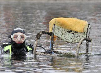 Taucher mit Müll aus dem Traunsee