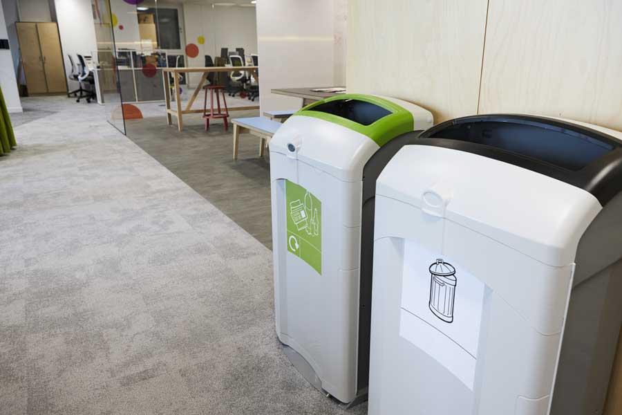 Modernes-Mülltrennsystem-im-Büro