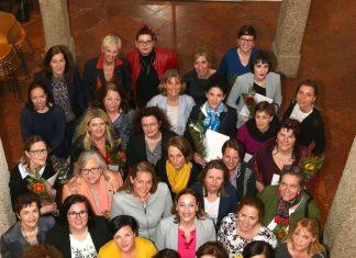 Zertifikate für Absolventinnen regionaler Politiklehrgänge